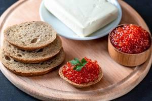 Frisches Brot mit rotem Kaviar und Butter