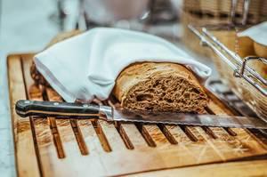 Frisches Brot und Brotmesser