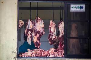 Frisches Fleisch hängt zum anschauen bei einem Metzger