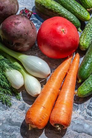 Frisches Gemüse, Gurken und Dill auf der Küchenarbeitsfläche, von oben fotografiert