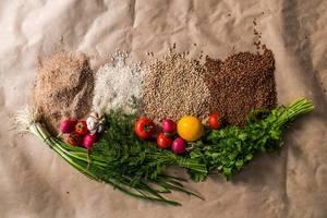 Frisches Gemüse und natürliche Getreide als nützliche und gesunde Ernährung, mit farbenfrohen Radieschen und Tomaten