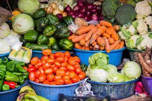 Frisches Gemüse wird auf dem Markt verkauft