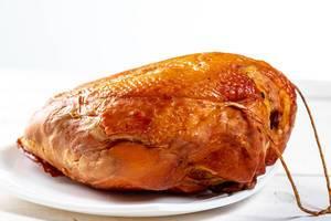 Frisches geräuchertes Hühnerfleisch auf dem Tisch