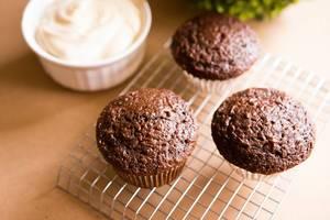 Frischgebackene Schokoladenmuffins auf einem Gitterrost