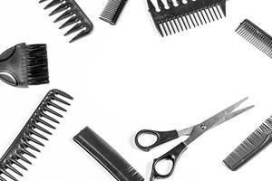 Friseur-Set mit verschiedenen Haarkämmen und einer Friseur-Schere mit freier Stelle in der Mitte Draufsicht