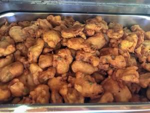 Frittierte Shrimps in einem Gastro-Wärmebehalter