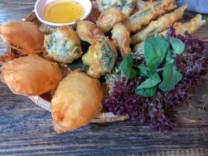 Frittiertes Gemüse mit asiatischem Dip, serviert auf einem Bambustablett im Hans im Glück Restaurant in Köln