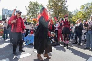 Fröhlich verkleidete Demonstranten tanzen und singen für unser Klima