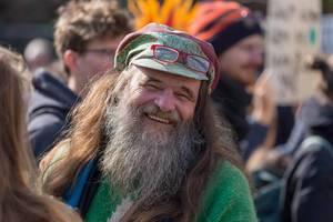 Fröhlicher Demonstrant beim Fridays for Future Klimastreik - Generationsübergreifender, weltweiter Protest