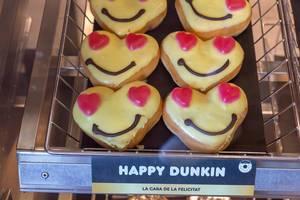"""Fröhliches Gebäck in Herzform mit Smiley-Gesicht """"Happy Dunkin"""" von Dunkin Donuts in Barcelona, Spanien"""