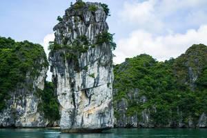 Frontaufnahme eines Kalksteins in der Ha Long Bucht