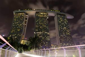 Froschperspektive. Das Hotel Marina Bay Sands bei Nacht