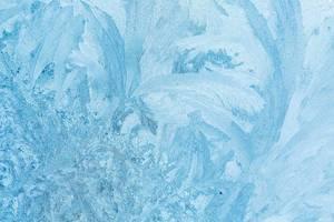 Frost auf glatter Fläche bildet kunstvolle Eismuster