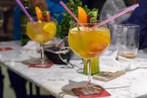 Fruchtcocktails mit Orange und Erdbeere
