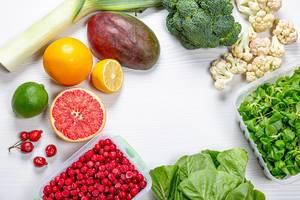 Früchte und Gemüse reich an Vitamin C mit freigelassenem Platz in der Mitte