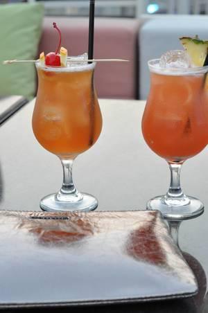 Früchtecocktails mit viel Eis auf dem Tisch
