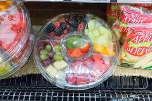 Früchtemischung in der Salatschüssel aus Plastik im Whole Foods Market