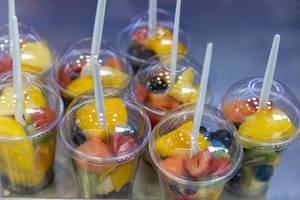 Früchtesalat in Früchtebecher to go zum Mitnehmen