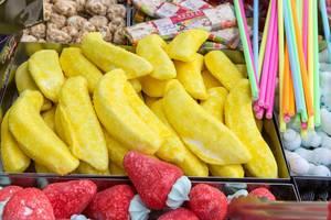 Fruchtgummi in Bananen und Erdbeerform