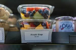 Fruit Cup To Go: Obstsalat in transparenten Plastikschalen