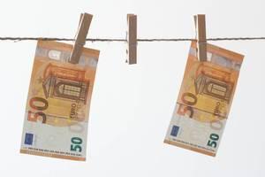 Fünfzig-Euro-Scheine zum Trocknen aufgehängt