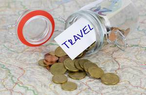 Für den Urlaub sparen. Münzen auf einer Landkarte