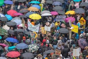 Für ihre Zukunft demonstrierende Jugendliche mit Schilden in Köln