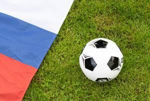 Fußball und russische Flagge auf dem Rasen