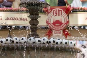 Fußbälle in einem Springbrunnen im Moskauer Einkaufszentrum GUM