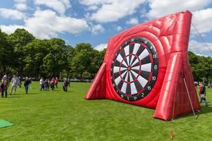 Fußballfest auf den RheinEnergie Stadion - Vorwiesen, mit Attraktionen für Fußballfans, wie einer gigantischen Fußball-Zielscheibe für Klettbälle