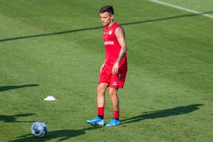 Fußballspieler Charles Aránguiz mit Tätowierungen am Arm, beim Fußballtraining