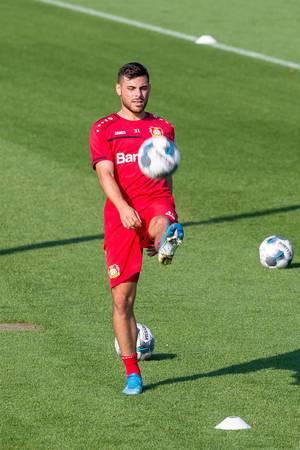 Fußballspieler Kevin Volland kickt den Ball während dem Training des FC Bayer 04 Leverkusen