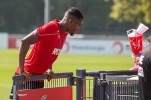 Fußballspieler Kingsley Ehizibue stützt sich nach dem Training auf einem Tor ab, um mit Fans zu reden