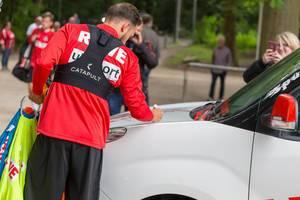 Fußballspieler signiert ein Auto