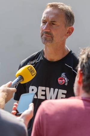 Fußballtrainer Achim Beierlorzer redet nach dem Fußballtraining in Köln mit der Presse