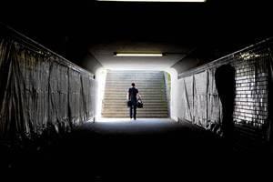 Fußgänger steigt die Treppen am Ende einer Unterführung hoch