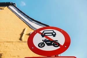 Fußgängerzone. Autos und Motorräder verboten
