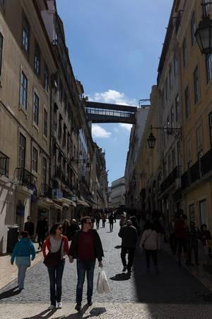 Fußgängerzone und der Personenaufzug Elevador de Santa Justa im Hintergrund - Lissabon, Portugal