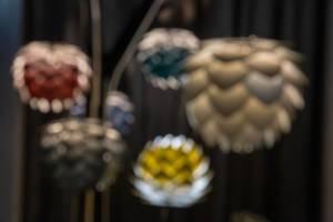 Futuristische Lampen aus Aluminium sorgen für warmes, gedämmtes Licht – Bokeh Effekt