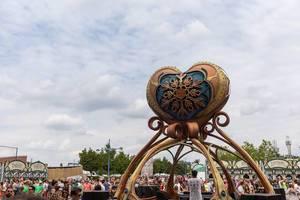 Futuristischer DJ Stand mit einem großen Herz oben beim Eingang des Tomorrowland Festivals in Boom, Belgium