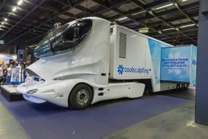 Futuristischer Lastwagen von coolsculpting, um Fettgewebe mit Kälte zu behandeln, hier auf der Fitness- und Gesundheitsmesse Fibo in Köln