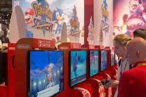 Gamer spielen Pokemon Schwert in der Nintendo Switch Area auf der Gamescom-Spielemesse in Köln