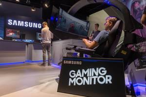 Gamer spielt ein Rennspiel auf dem Samsung CHG90 Super Ultra-Wide Monitor