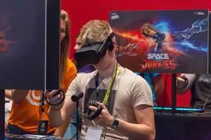 Gamer spielt Space Junkies mit VR Headset und Controller