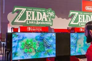 Gamescom-Besucher spielt das Videospiel The Legend of Zelda - Link