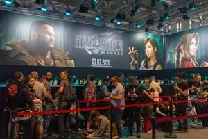 Gamescom-Besucher stehen Schlange, um das Final Fantasy VII Remake an der Spielstation zu spielen