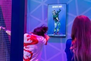 Gamescom-Besucher testet die Virtual Reality Brille Oculus Rift - Beat Saber und macht den Infinite Dab
