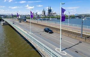 Gamescom-Fahnen auf der Deutzer Brücke