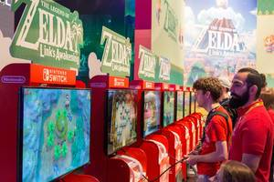 Gamescom visitor play The Legend of Zelda - Link