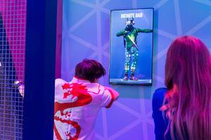 Gamescom visitor tests the virtual reality glasses Oculus Rift - Beat Saber and makes the Infinite Dab